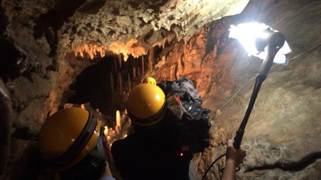 鍾乳洞探検中